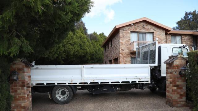 Un camión bloquea la entrada a la residencia que ocupa la embajada de Venezuela en Camberra, Australia, este domingo / Foto The Daily Telegraph