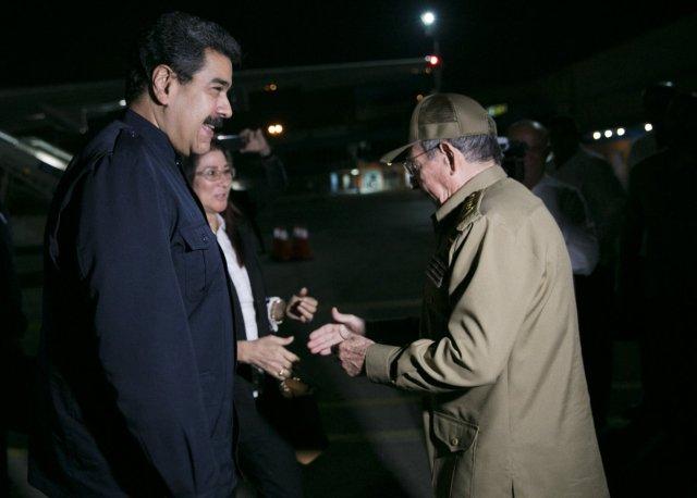 Raúl Castro recibe a Nicolás Maduro y su esposa en el aeropuerto  José Martí de La Habana en la noche del 21 de septiembre de 2017 / Foto @presidencialven