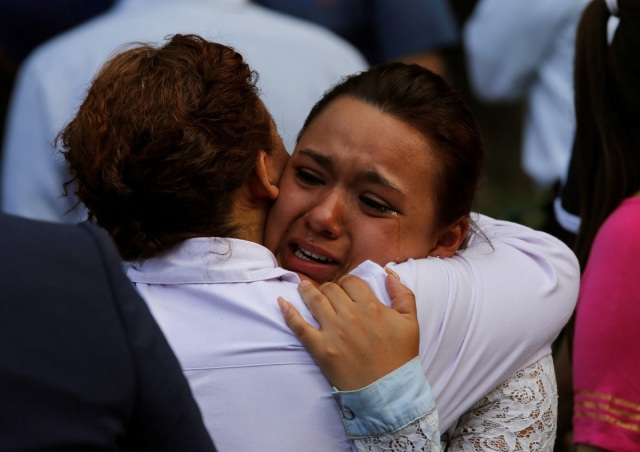 Una mujer reacciona fuera de un edificio derrumbado después de un terremoto en la ciudad de México, México, 19 de septiembre de 2017. REUTERS / Henry Romero