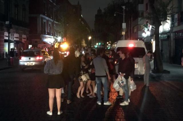 La gente en Ciudad de México salió a la calle nada más sentir el temblor (Alfredo Estrella / AFP)