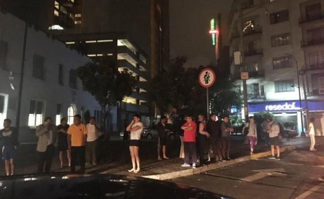 Habitantes de Ciudad de Mexico permanecen en la calle lueo del terremoto / Foro El Universal