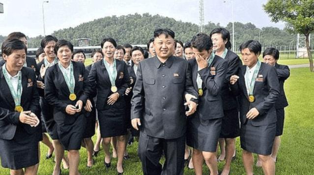 Kim Jong-un junto a sus sirvientas personales (Foto: Infobae)