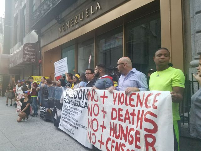 Venezolanos protestaron a las afueras de su consulado en Nueva York (Foto: @maibortpetit)