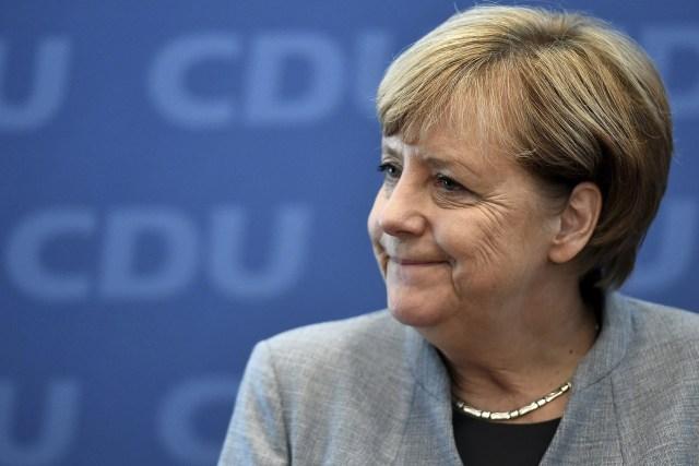 AE04 BERLÍN (ALEMANIA) 25/09/2017.- La canciller alemana, Angela Merkel, líder de la Unión Cristianodemócrata (CDU), llega para una reunión del consejo de su partido en Berlín (Alemania), hoy 25 de septiembre de 2017. El escrutinio final de los votos de las elecciones alemanas confirmó hoy la victoria del bloque conservador liderado por la canciller, Angela Merkel, con un importante retroceso, y el estreno del ultraderechista Alternativa para Alemania (AfD) en el Parlamento como tercera fuerza. EFE/Christian Bruna