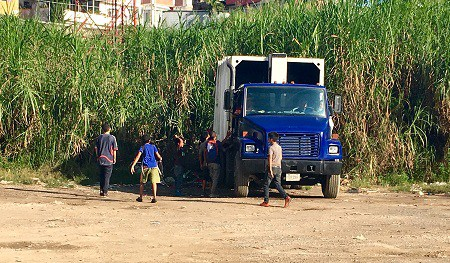 Niños rodean los camiones de basura cada tarde en busca de comida./ Foto Diario La Región.