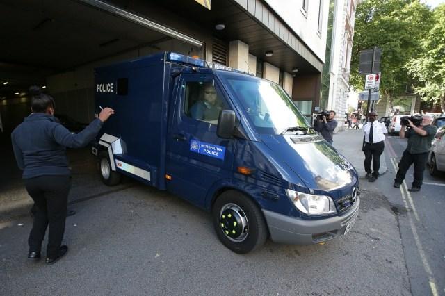 Una camioneta de la policía que se cree que está llevando a Ahmed Hassan deja la corte de magistrados de Westminster después de que fue acusado de intento de asesinato tras el bombardeo de la semana pasada de un tren subterráneo de Londres en Londres el 22 de septiembre de 2017. Daniel LEAL-OLIVAS / AFP