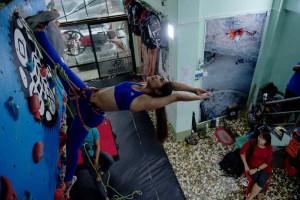 El yoga en lo alto de un muro de escalada rompe moldes en Birmania (fotos)