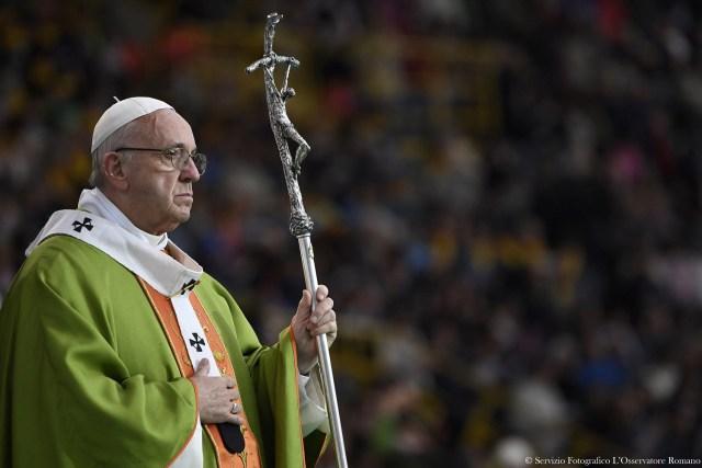 El Papa Francisco celebra una misa en el estadio Renato Dall'Ara durante una visita pastoral a Bolonia, Italia. 1 octubre 2017. Osservatore Romano/Handout via Reuters