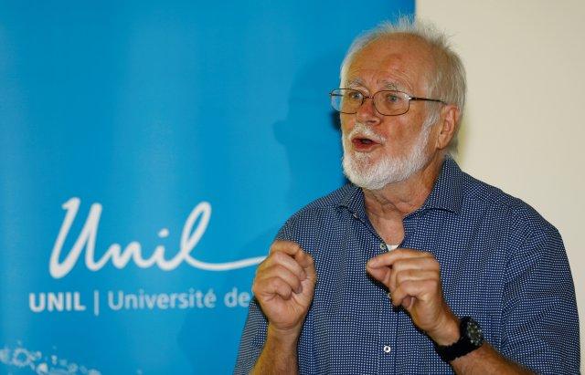 El científico Jacques Dubochet asiste a una conferencia de prensa tras ganar el Premio Nobel de Química 2017 por desarrollar una microscopía cryoelectrónica que simplifica y mejora la imagen de las biomoléculas, que comparte con Joachim Frank de la Universidad de Columbia y Richard Henderson del MRC Laboratory of Biology Molecular in Cambridge , en la Universidad de Lausana (UNIL) en Lausana, Suiza 4 de octubre de 2017. REUTERS / Denis Balibouse