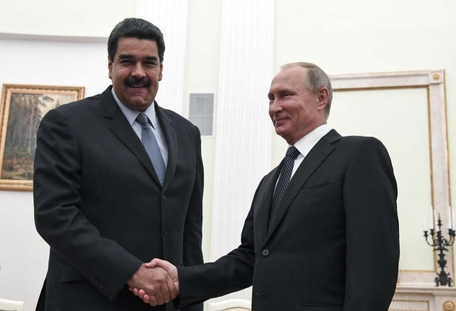 Russian President Vladimir Putin (R) shakes hands with his Venezuelan counterpart Nicolas Maduro during a meeting at the Kremlin in Moscow, Russia October 4, 2017. REUTERS/Yuri Kadobnov/Pool