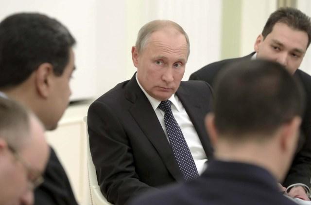 El presidente ruso Vladimir Putin (C) se reúne con su homólogo venezolano, Nicolás Maduro (L) en el Kremlin en Moscú, Rusia, el 4 de octubre de 2017. Sputnik / Mikhail Klimentyev / Kremlin a través de EDITORES DE ATENCIÓN DE REUTERS