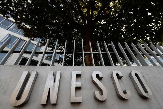 El logo de la Organización de las Naciones Unidas para la Educación, la Ciencia y la Cultura (UNESCO) se ve frente a su sede en París, Francia, 4 de octubre de 2017. Fotografía tomada el 4 de octubre de 2017. REUTERS / Philippe Wojazer