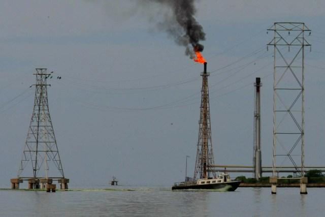 Un bote navega cerca de instalaciones petroleras en el lago Maracaibo en Cabimas, Venezuela, el 5 de octubre de 2017. REUTERS / Isaac Urrutia