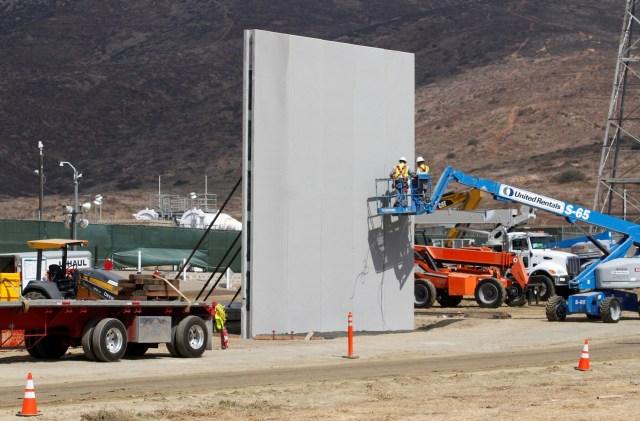 Personas trabajan en San Diego, Estados Unidos, durante la construcción de prototipos para el muro fronterizo del presidente Donald Trump con México, foto tomada desde el lado mexicano de la frontera en Tijuana, México, 3 de octubre de 2017. REUTERS/Jorge Duenes