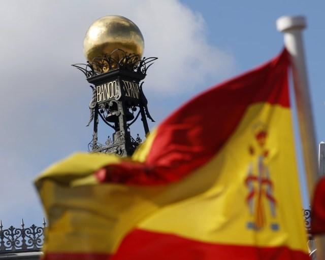 En esta imagen de archivo, una bandera española ondea frente a la cúpula del edificio del Banco de España en Madrid el 24 de septiembre de 2012. REUTERS/Sergio Perez
