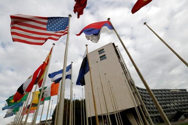 Una bandera estadounidense vuela fuera de la sede de la Organización de las Naciones Unidas para la Educación, la Ciencia y la Cultura (UNESCO) en París, Francia, 12 de octubre de 2017. REUTERS / Philippe Wojazer