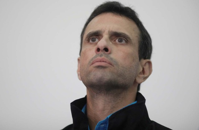 Venezuelan opposition leader and Governor of Miranda state Henrique Capriles attends a news conference ahead the governors elections, which will be held on October 15, in Caracas, Venezuela, October 13, 2017. REUTERS/Ricardo Moraes