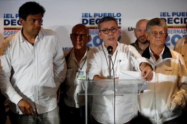 Gerardo Blyde (centro), representante de la coalición de partidos de la oposición MUD, habla durante una conferencia de prensa en la sede del comando de campaña en Caracas, después del anuncio oficial de los resultados de las elecciones regionales, Venezuela, 15 de octubre de 2017. REUTERS/Carlos Garcia Rawlins