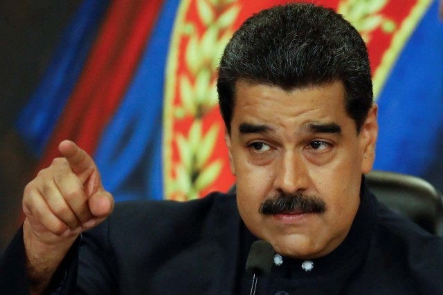 Venezuela's President Nicolas Maduro gestures while he talks to the media during a news conference at Miraflores Palace in Caracas, Venezuela October 17, 2017. REUTERS/Carlos Garcia Rawlins
