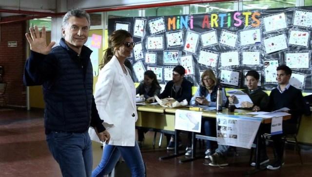 El presidente de Argentina, Mauricio Macri, y la primera dama Juliana Awada dejan un centro de sufragios luego de votar en Buenos Aires, Argentina. 22 de octubre, 2017.  REUTERS/Marcos Brindicci.