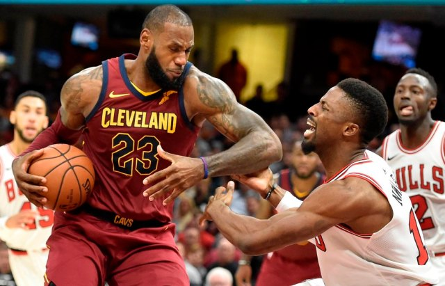 LeBron James, de los Cleveland Cavaliers, consiguió doble-doble de 34 puntos y 13 asistencias. David Richard-USA TODAY Sports