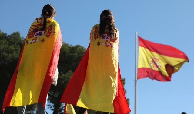 Los manifestantes pro unidad se visten con banderas españolas el día después de que el parlamento regional catalán declarara su independencia de España, en Madrid, España, el 28 de octubre de 2017. REUTERS / Sergio Perez