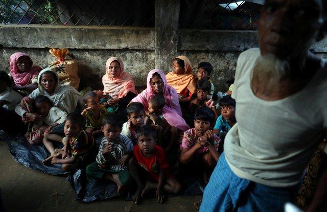 Refugiados Rohingya se refugian en una escuela en el campo de refugiados de Kutupalong cerca de Cox's Bazar, Bangladesh 28 de octubre de 2017. REUTERS / Hannah McKay