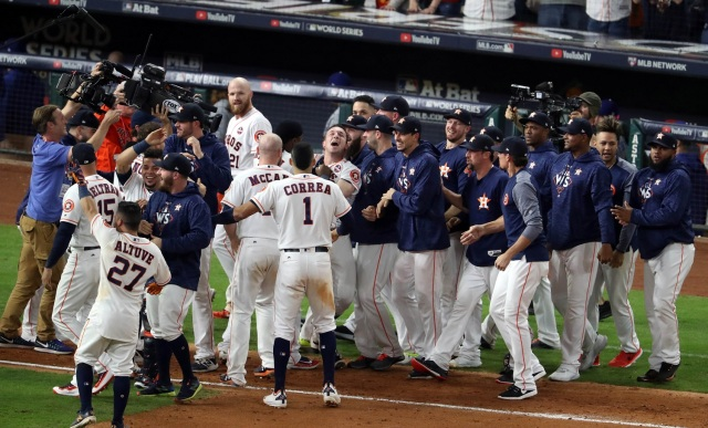 El tercera base de los Houston Astros Alex Bregman (2) celebra con sus compañeros de equipo después de conducir en la carrera ganadora con un sencillo productor ante los Dodgers de Los Angeles en la décima entrada en el quinto juego de la Serie Mundial 2017 en el Minute Maid Park. Crédito obligatorio: Matthew Emmons-USA TODAY Sports