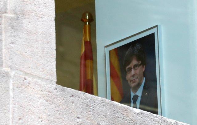 Un retrato del presidente catalán despedido Carles Puigdemont se ve dentro del Palacio de la Generalitat, la sede del gobierno regional catalán, en Barcelona, España el 30 de octubre de 2017. REUTERS / Yves Herman NO RESALES. SIN ARCHIVOS