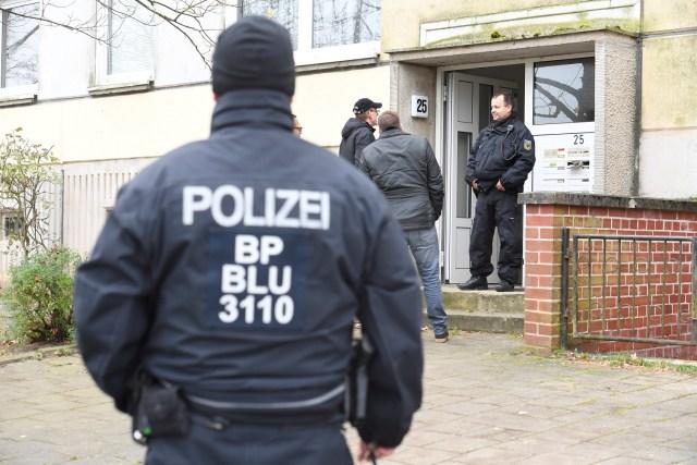 La policía alemana arrestó a un sirio de 19 años sospechoso de planear un ataque con bomba motivado por los islamistas en Alemania Policía frente a un edificio residencial en Schwerin, Alemania, el 31 de octubre de 2017, luego de que la policía alemana arrestara a un sirio de 19 años sospechoso de planear un ataque con bomba motivado por los islamistas en Alemania. Reuters / Fabian Bimmer