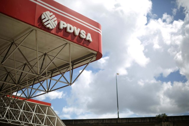 El logotipo corporativo de la petrolera estatal PDVSA se ve en una gasolinera en Caracas, Venezuela, el 30 de agosto de 2017. REUTERS / Andres Martinez Casares / Foto del archivo