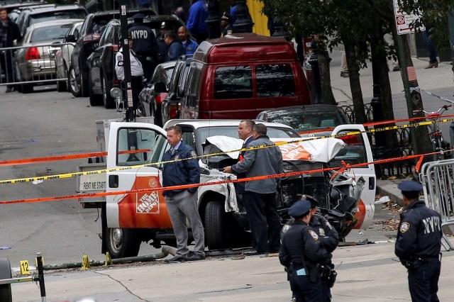 La policía investiga una camioneta usada en un ataque contra la autopista del lado oeste en el bajo Manhattan en la ciudad de Nueva York, EE.UU., 1 de noviembre de 2017.REUTERS / Brendan McDermid