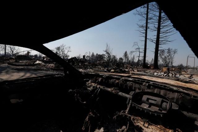 JGM03. SANTA ROSA (EE.UU.), 12/10/2017.- Vista del interior de un coche calcinado hoy, jueves 12 de octubre de 2017, en Santa Rosa, California (EE.UU.). Múltiples incendios forestales dispersos por los condados de Napa, Sonoma y Mendocino, dejan al menos 29 personas muertas y hogares y negocios destruidos. EFE/JOHN G. MABANGLO