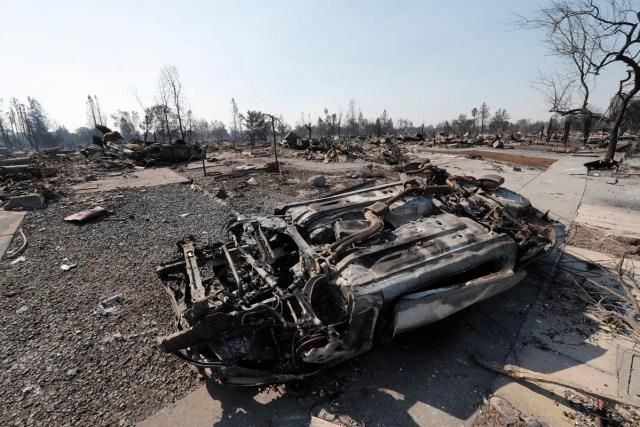 JGM03. SANTA ROSA (EE.UU.), 12/10/2017.- Vista de un coche calcinado hoy, jueves 12 de octubre de 2017, en Santa Rosa, California (EE.UU.). Múltiples incendios forestales dispersos por los condados de Napa, Sonoma y Mendocino, dejan al menos 29 personas muertas y hogares y negocios destruidos. EPA/JOHN G. MABANGLO