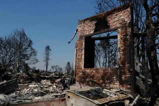 JGM03. SANTA ROSA (EE.UU.), 12/10/2017.- Vista de una casa por los incendios hoy, jueves 12 de octubre de 2017, en Santa Rosa, California (EE.UU.). Múltiples incendios forestales dispersos por los condados de Napa, Sonoma y Mendocino, dejan al menos 29 personas muertas y hogares y negocios destruidos. EPA/JOHN G. MABANGLO