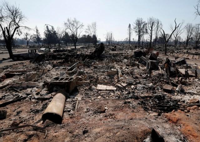JGM03. SANTA ROSA (EE.UU.), 12/10/2017.- Vista de un vecindario afectado por el incendio hoy, jueves 12 de octubre de 2017, en Santa Rosa, California (EE.UU.). Múltiples incendios forestales dispersos por los condados de Napa, Sonoma y Mendocino, dejan al menos 29 personas muertas y hogares y negocios destruidos. EPA/JOHN G. MABANGLO