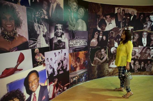 """Fotografía del 19 de octubre de 2017, muestra varios de los vistosos vestidos, zapatos y pelucas de la legendaria cantante cubana Celia Cruz, la """"Reina de la Salsa"""", que se exhiben por primera vez en el país, en una exposición sobre su vida y su carrera musical de más de seis décadas, en Santo Domingo (República Dominicana). EFE/Orlando Barría"""