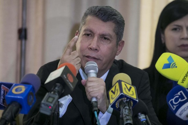 """CAR01. CARACAS (VENEZUELA), 25/10/2017.- El dirigente opositor venezolano Henri Falcón habla durante una conferencia de prensa hoy, miércoles 27 de octubre de 2017, en Caracas (Venezuela). Falcón dijo hoy que la alianza Mesa de la Unidad Democrática (MUD), de la que es miembro, ha venido cometiendo una """"seguidilla de errores"""" y pidió conformar una nueva plataforma que agrupe a sectores de la sociedad y partidos que se opongan a Nicolás Maduro. EFE/Miguel Gutiérrez"""