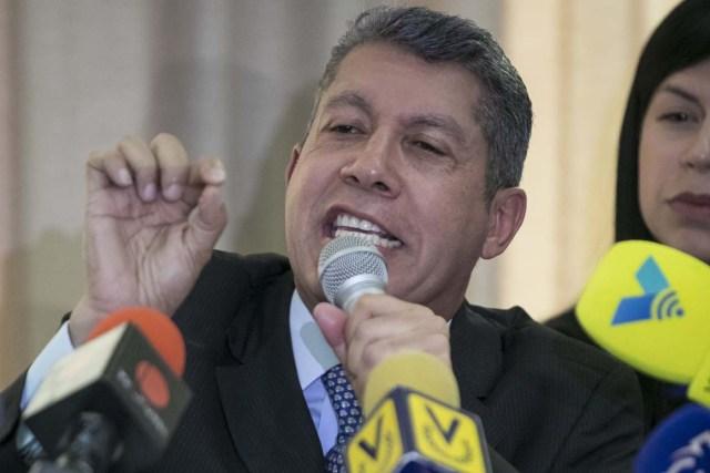 """CAR04. CARACAS (VENEZUELA), 25/10/2017.- El dirigente opositor venezolano Henri Falcón habla durante una conferencia de prensa hoy, miércoles 27 de octubre de 2017, en Caracas (Venezuela). Falcón dijo hoy que la alianza Mesa de la Unidad Democrática (MUD), de la que es miembro, ha venido cometiendo una """"seguidilla de errores"""" y pidió conformar una nueva plataforma que agrupe a sectores de la sociedad y partidos que se opongan a Nicolás Maduro. EFE/Miguel Gutiérrez"""
