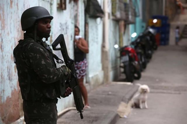 """Un soldado del ejército brasileño patrulla una localidad en la favela da """"Mineira"""" en Río de Janeiro (Brasil)."""