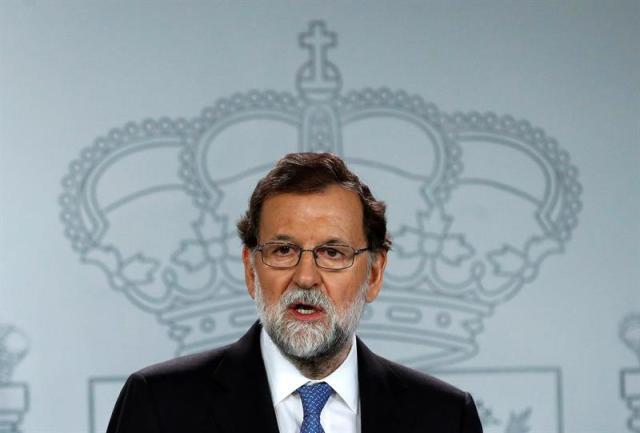 El presidente del Gobierno, Mariano Rajoy, durante la rueda de prensa ofrecida esta tarde en el Palacio de la Moncloa tras la declaración unilateral de independencia en el Parlament de Cataluña. EFE/ Juanjo Martín