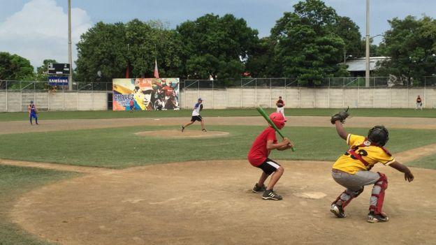 El complejo cuenta con un estadio para beisbol infantil presidido por un retrato de Chávez.