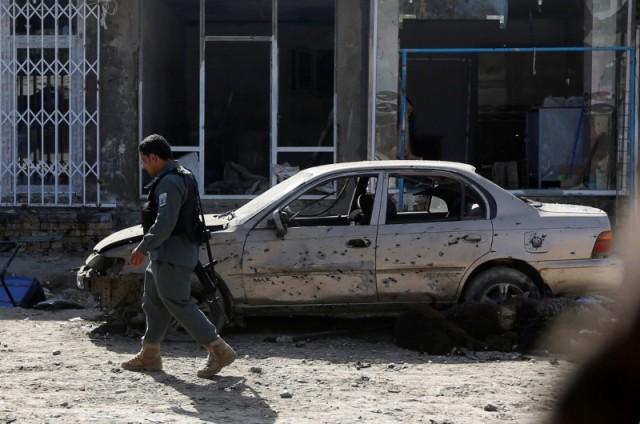 Un policía revisa el área de un ataque suicida con bomba cerca de una mezquita chií en Kabul, sep 29, 2017. REUTERS/Omar Sobhani