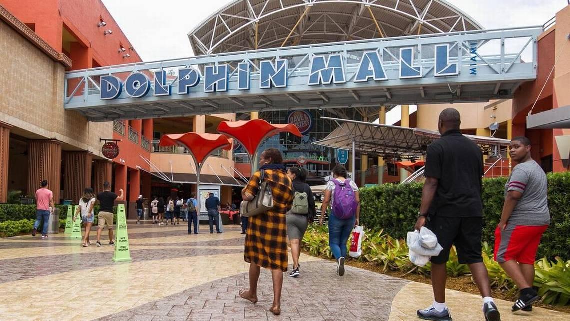 La entrada principal del Dolphin Mall en Sweetwater, al oeste de Miami. El centro comercial está funcionando con normalidad, después que un hombre fue arrestado por planificar la detonación de un explosivo en este popular centro de compras. Sebastián Ballestas sballestas@miamiherald.com
