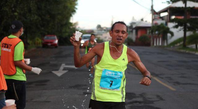 David Yáñez Pacheco se refrescaba con agua cuando pasaba 200 metros al norte del Archivo Nacional, poco antes de que la fatalidad lo alcanzara este domingo. (ALONSO TENORIO)