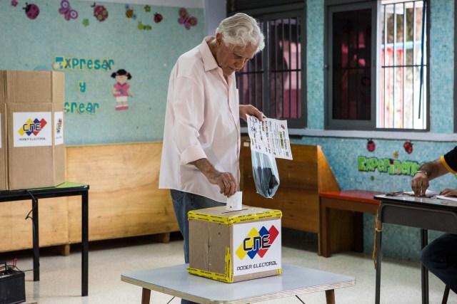 Un ciudadano ejerce su derecho al voto en un centro de votación, domingo 15 de octubre de 2017, en Caracas (Venezuela). EFE/Nathalie Sayago