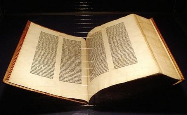 """La Biblia de Gutenberg. Este libro, también conocido como """"La Biblia de 42 líneas"""", se considera un símbolo del comienzo de la imprenta en Europa. Esta publicación fue producida por Johannes Gutenberg en la primera mitad de la década de 1450. Según los historiadores, la tirada de la Biblia de Gutenberg registró unas 185 copias: 150 en papel y 35 en pergamino. Hasta hoy en día han sobrevivido 48, la mayoría de ellas, incompletas."""