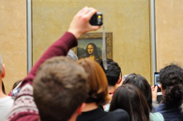 Mona Lisa. En realidad, el cuadro no es tan grandioso en tamaño como lo suelen mostrar en las pantallas de televisión. El original se encuentra en el Museo del Louvre y presenta unas dimensiones bastante pequeñas: una altura de 77 centímetros y un ancho de 53.