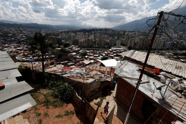 Una mujer camina por un callejón en el barrio de Petare en Caracas, Venezuela, 17 de agosto de 2017. Foto tomada el 17 de agosto de 2017. Para coincidir con la característica VENEZUELA-NIÑOS / REUTERS / Andres Martinez Casares
