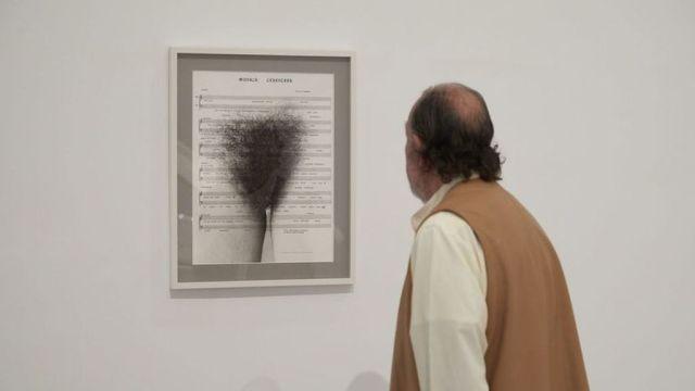 Un visitante en la exposición de Esther Ferrer.  Museo Reina Sofía (Foto: elesepanol.com)